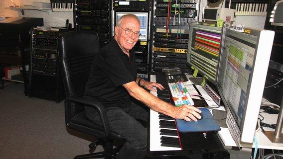 "Komponist Christian Bruhn sitzt am Keyboard in seinem Studio - Szene aus dem Dokumentarfilm ""Meine Welt ist die Musik - der Komponist christian Bruhn"" © Studio 2 Filmperlen"