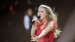 "Anja Nissen performt ""Where I Am"" auf der ESC-Bühne in Kiew. © Eurovision.tv Fotograf: Thomas Hanses"