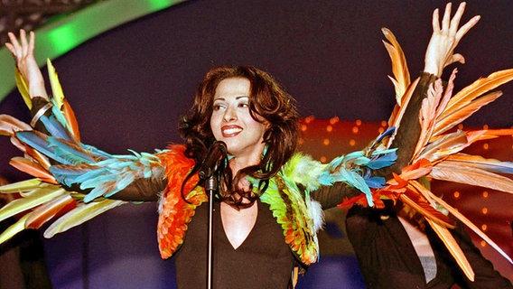 Dana International vertritt 1998 Israel beim Grand Prix und freut sich über den 1. Platz © dpa Foto: DB pool