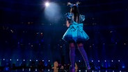 Jamie-Lee trägt ein blaues Kleid mit einer großen blauen Schleife am Rücken. © eurovision.tv Foto: Anna Velikova (EBU)