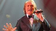 Engelbert Humperdinck bei einem Auftritt in Leicester im November 2011. © Photoshot