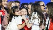 Die Junior Eurovision Song Contest Teilnehmerin Mariam Mamadashvili auf der Bühne umringt von den weiteren Teilnehmern © EBU Fotograf: Andres Putting