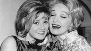 Marlene Dietrich gratuliert Gitte Haenning 1963 zum Sieg bei den Deutschen Schlager-Festspielen in Baden-Baden. © Picture-Alliance / Keystone