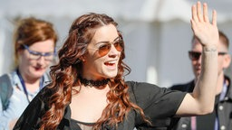 Lucie Jones kommt in Kiew an. © Eurovision.tv Foto: Andres Putting