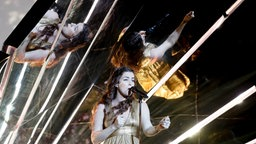 "Lucie Jones performt ""Never Give Up On You"" auf der ESC-Bühne in Kiew. © Eurovision.tv Foto: Andres Putting"