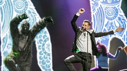 "Francesco Gabbani performt ""Occidentali's Karma"" auf der ESC-Bühne in Kiew. © Eurovision.tv Fotograf: Thomas Hanses"
