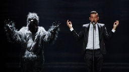 "Francesco Gabbani performt ""Occidentali's Karma"" auf der ESC-Bühne in Kiew. © Eurovision.tv Fotograf: Andres Putting"