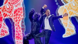 "Francesco Gabbani performt ""Occidentali's Karma"" auf der ESC-Bühne in Kiew. © Eurovision.tv Foto: Andres Putting"