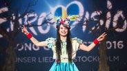 Jamie-Lee Kriewitz auf der Bühne vor dem Eurovisionlogo. © NDR Fotograf: Rolf Klatt