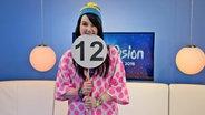 Die deutsche ESC-Teilnehmerin Jamie-Lee hält eine Punktetafel mit 12 Punkten hoch © NDR Fotograf: Patricia Batlle