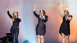 "Amy, Shelley und Lisa Vol von O'G3NE performen ihren Song ""Light And Shadows"" auf der Bühne. © Eurovision.tv Fotograf: Andres Putting"