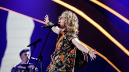 "Manel Navarro mit ""Do It For Your Lover"" auf der ESC-Bühne in Kiew. © Eurovision.tv Foto: Thomas Hanses"