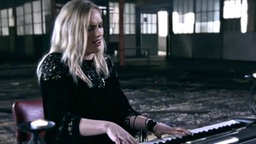 "Molly Sterling singt in einer Fabrikhalle ihren Song ""Playing With Numbers"" © NDR/screenshot"
