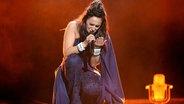 Jamala aus der Ukraine kniet auf der Bühne in der Stockhilmer Globe Arena. © dpa-Bildfunk Foto: Britta Pedersen