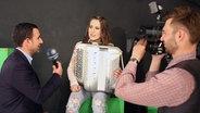 Till Nassif vom ARD-Morgenmagazin interviewt Yvonne  von der Band Elaiza am Set. © NDR Fotograf: Nicole Janke