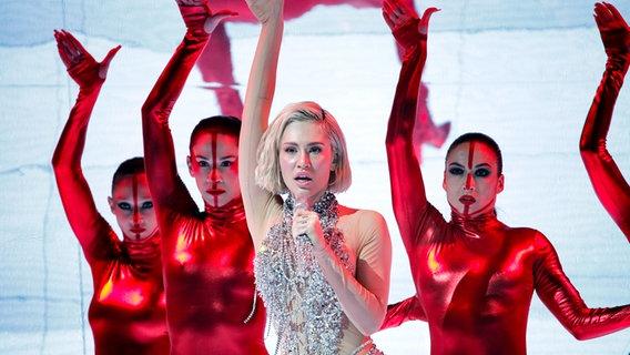 Die zyprische Sängerin Elena Tsagrinou und ihre Tänzerinnen auf der Bühne. © EBU Foto: Thomas Hanses