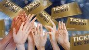 Hände greifen nach Eintrittskarten (Montage) © fotolia.com Fotograf: Robert Kneschke, Julia Wesenberg