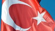 Eine türkische Flagge weht im Wind. © picture alliance Fotograf: Winfried Rothermel