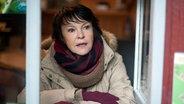 """Katrin Sass guckt aus einem Fenster beim Dreh für den Usedom-Krimi """"Schandfleck"""" © Degeto Foto: Oliver Feist"""