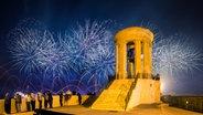 Feuerwerk am Siege Bell War Memorial © fotolia Fotograf: zoltangabor