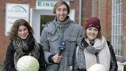Videoblogger Torge Oelrich mit den Clubkonzert-Kandidatinnen Ann Sophie (links) und Lou. © NDR Foto: Mairena Torres Schuster