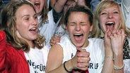 Lena-Fans bejubeln am Samstag (29.05.2010) auf dem Public Viewing in Hannover den Sieg von Lena Meyer-Landrut bei dem Eurovision Song Contest in Oslo © dpa Fotograf: Peter Steffen
