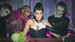 "Saara Aalto im Video zu ""Monsters"""