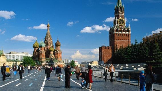 Roter Platz mit Basilius Kathedrale und Spasskij Turm  Foto: Bildagentur Huber/Gräfenhain