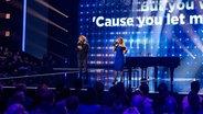 Michael Schulte und Barbara Schöneberger singen gemeinsam auf der Bühne in Berlin. © picture alliance dpa-Zentralbild/dpa Foto: Britta Pedersen