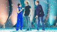 Der Gewinner Michael Schulte mit Linda Zervakis und Elton auf der Bühne in Berlin. © NDR Fotograf: Rolf Klatt