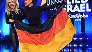 S!sters mit der Deutschlandfahne auf der Bühne beim Vorentscheid in Berlin. © picture alliance/dpa-Zentralbild/dpa Foto: Britta Pedersen