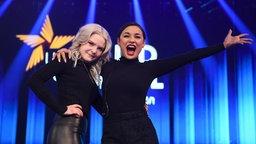 """Carlotta Truman (li) und Laurita vom Duo S!sters nach ihrem Sieg beim Vorentscheid für den Eurovision Song Contest """"Unser Lied für Israel"""" auf der Bühne. © Picture Alliance/dpa Foto: Britta Pedersen"""