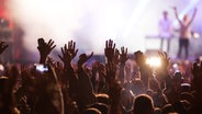 Publikum vor einer Bühne. © fotolia Fotograf: Melinda Nagy